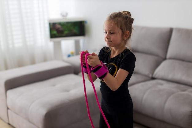 縄跳びを持つ少女