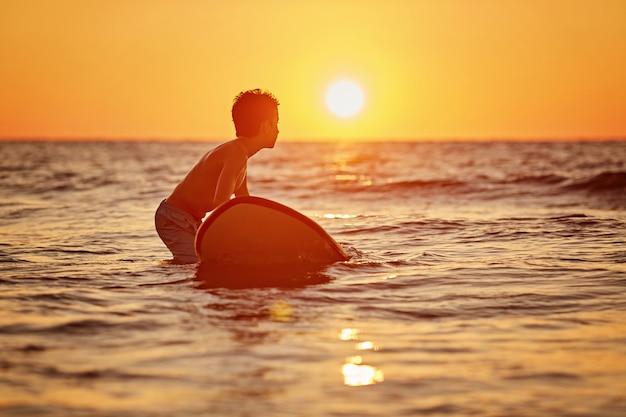 ビーチで彼のサーフボードとサーファー