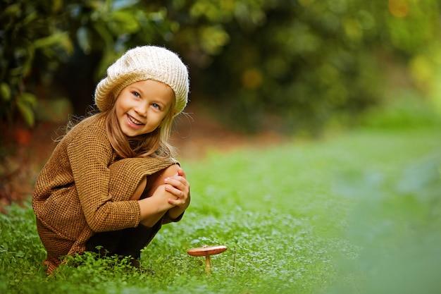 きのこの草原の愛らしい少女