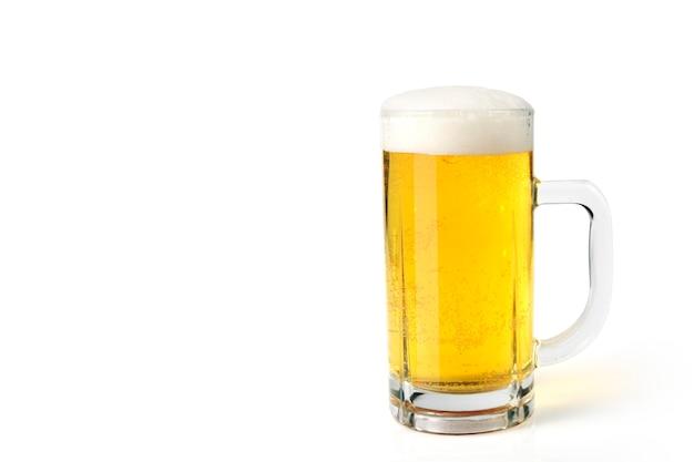 Стакан светлого пива установлен на белом фоне