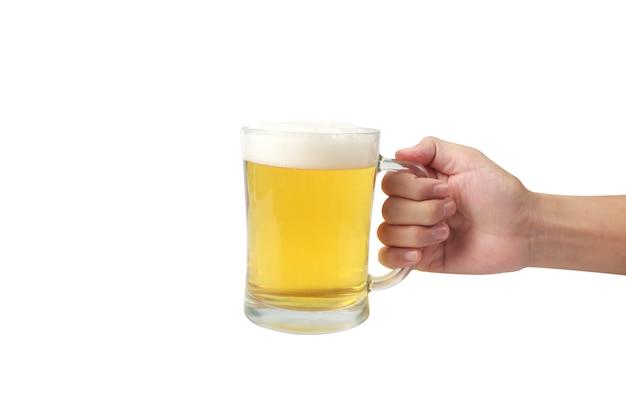 白い表面の背景に分離された手でビールのグラス