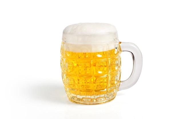 白に設定された軽いビールのグラス