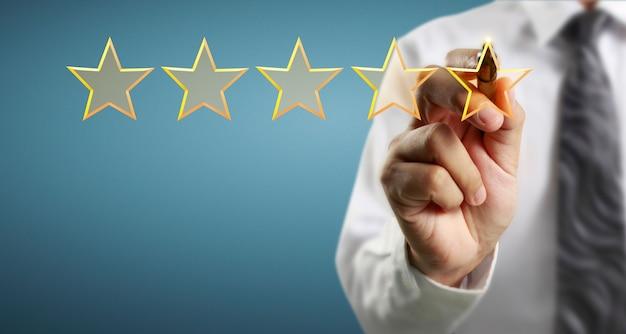Рука нарисовать пять звезд. концепции оценки оценки