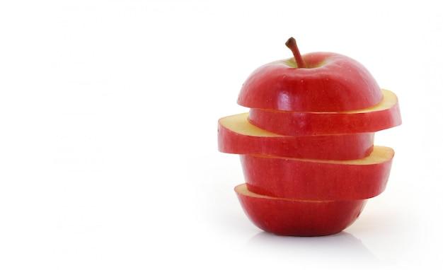 白でスライスされた赤いリンゴ