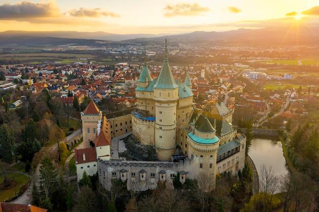 ボイニツェ城と日の出の空撮からスロバキアの町。
