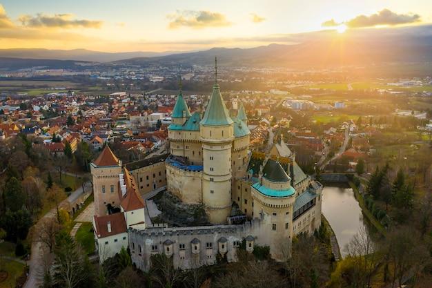 スロバキアのボイニツェ城で秋の日の出の空撮。
