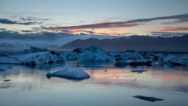 氷が水に浮かんでいるアイスランドの氷河ラグーン、ヨークルサルロン。