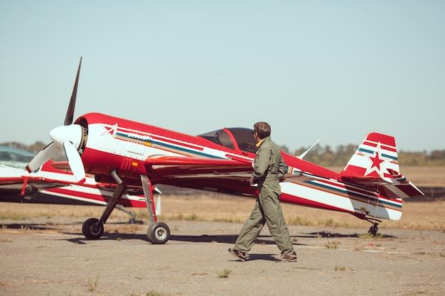 ヴィンテージ飛行機の前でパイロット