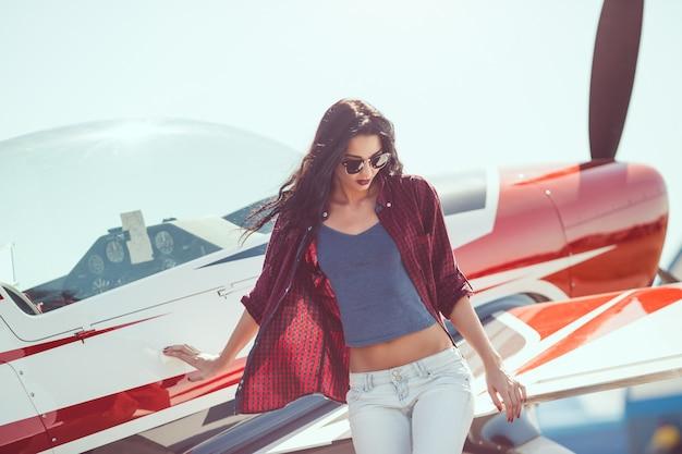 Женщина пилота самолета