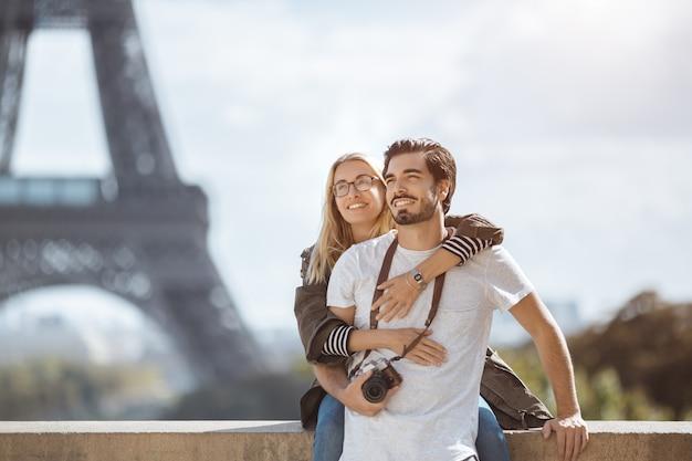 Париж эйфелева башня романтические пары, обнимая целоваться перед эйфелевой башней, париж, франция.