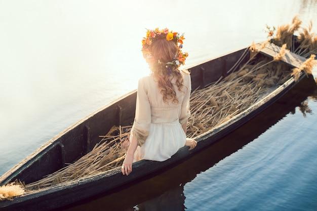 ボートに横たわっている美しい女性のファンタジーアート写真