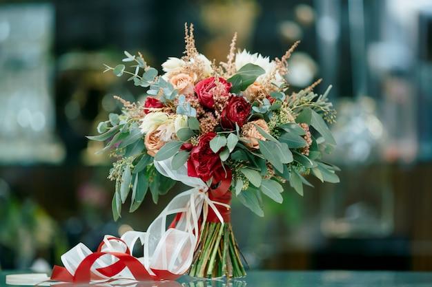 新鮮な花の美しいブライダルブーケ