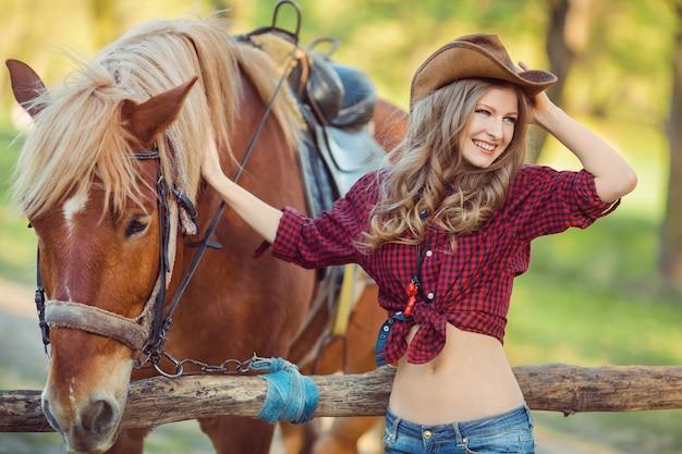 女性と馬。ワイルドウエストレトロスタイル