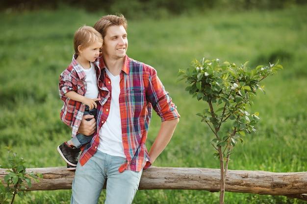 お父さんと屋外かわいい子