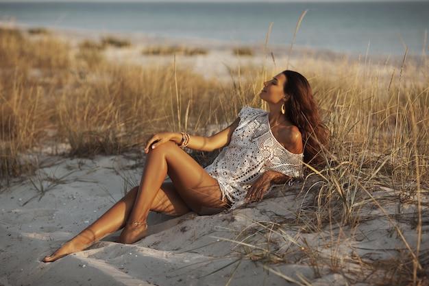 Женщина отдыхает на пляже во время каникул