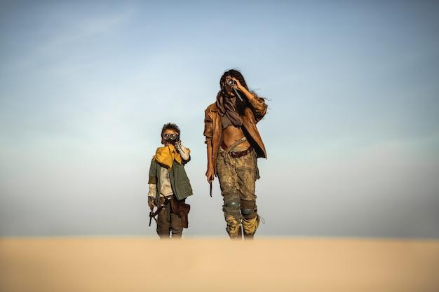 男の子と女性のポスト黙示録的な衣装
