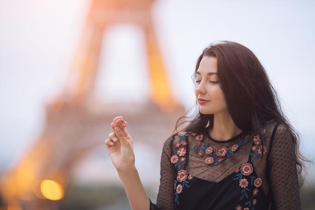 エッフェル塔に近いポーズ美しい少女
