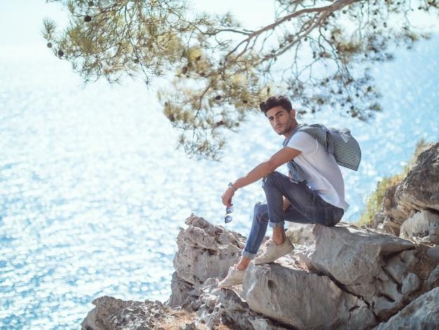 Человек путешественник у моря