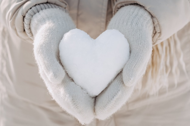 手に雪の心