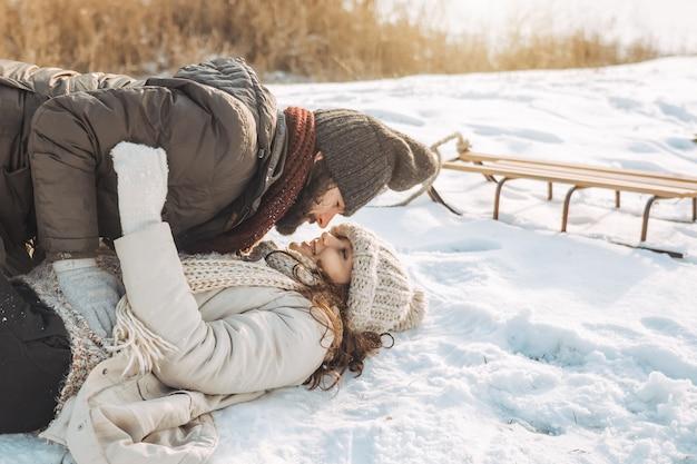 Пара весело зимой на открытом воздухе