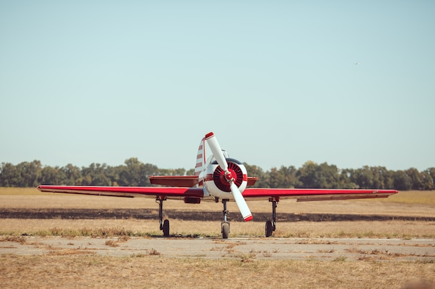 空港での小さなスポーツ飛行機。
