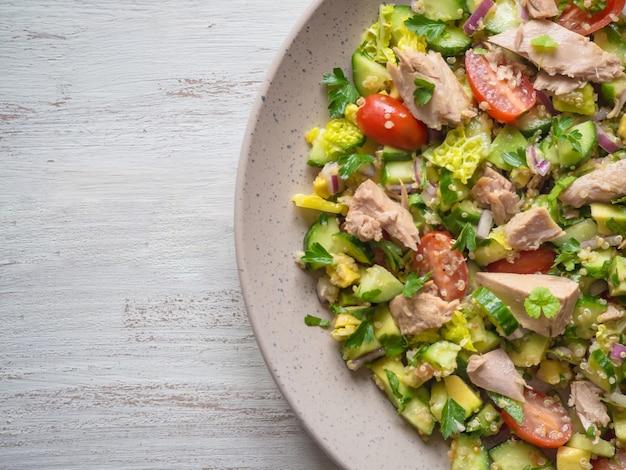 Салат с авокадо и тунцом. зеленый органический салат с кусочками консервированного тунца. закройте, скопируйте пространство.
