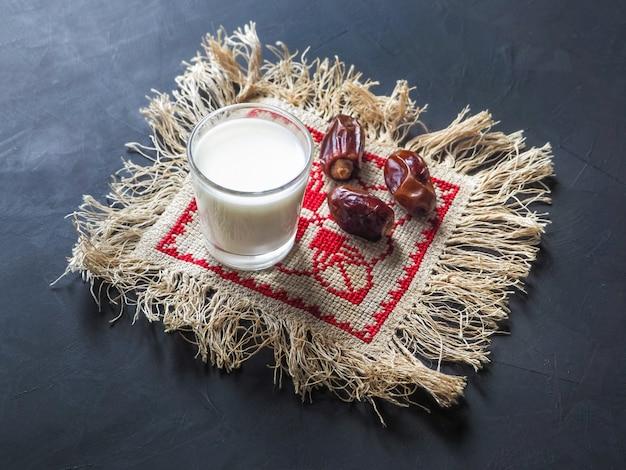 Сладкий. финиковая пальма и молоко.