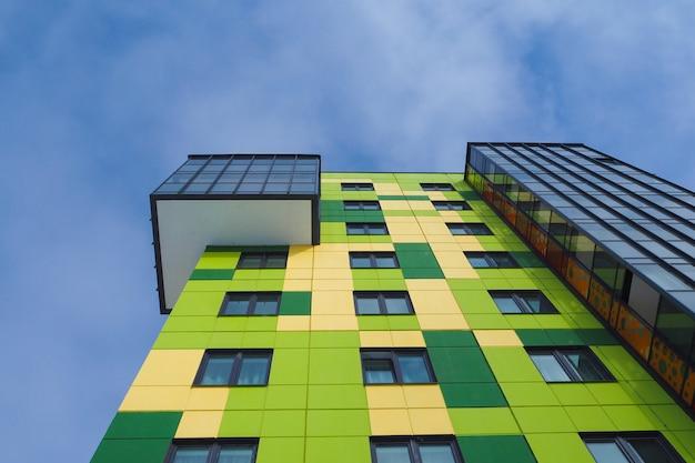 Современные красивые новостройки. цветные стены голубого неба.