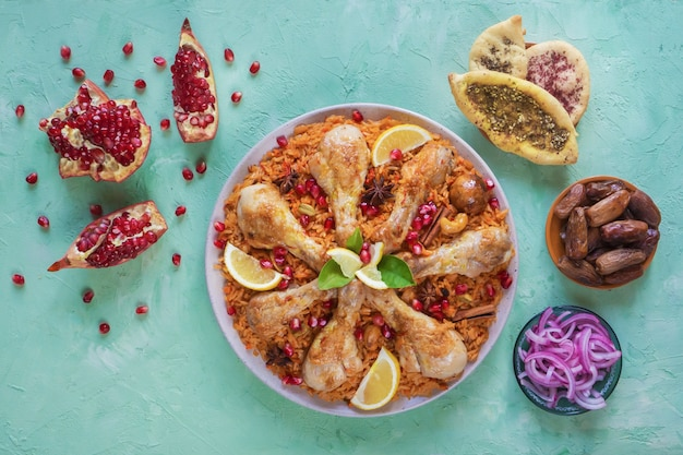自家製チキンビリヤニ。アラビアの伝統的な食べ物は、肉とカブサをボウルします。上面図。