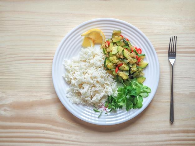 野菜とズッキーニのおかずと白いご飯。シンプルで便利な素朴な料理。