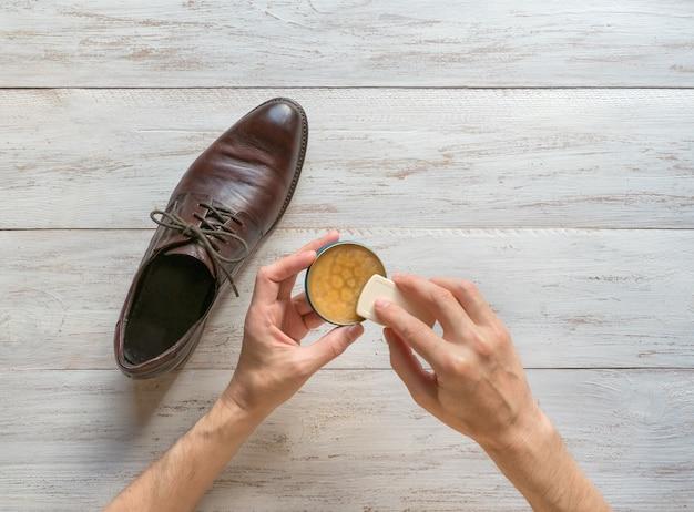 靴用ワックスの加工。男は彼の靴を掃除します。