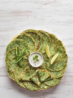 ほうれん草アダイ-インドの緑のパンケーキ。ラマダン料理。