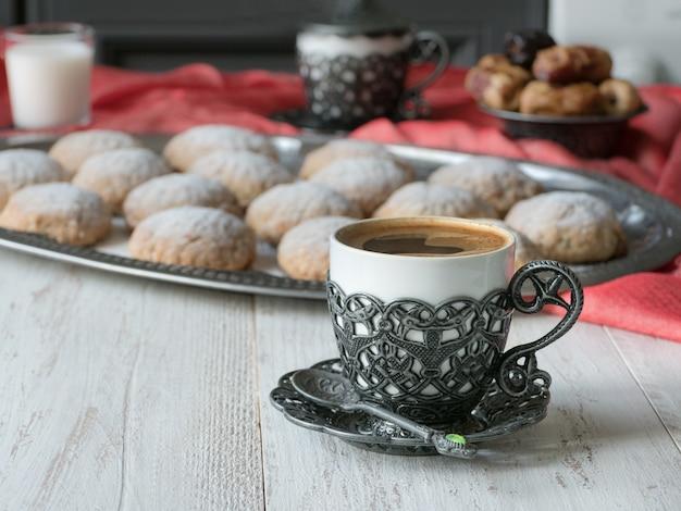 お菓子とブラックコーヒー。ラマダンカリームの休日の概念。