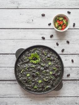 黒豆とスパイシーなメキシコの黒唐辛子。エスニック料理。