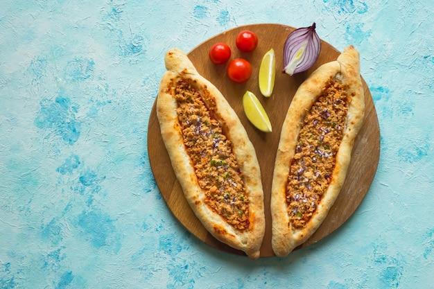 青いテーブルの上の伝統的なレバノンの肉パイ