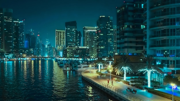 Ночной вид на дубай. красивый ночной вид современного делового района дубая.