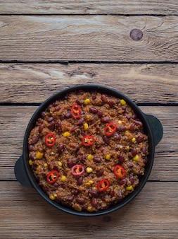 赤唐辛子。鍋に熱い赤唐辛子。上面図。
