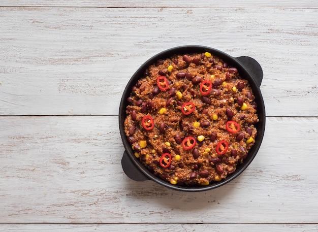 Красная фасоль. горячий красный перец чили на сковороде. вид сверху.