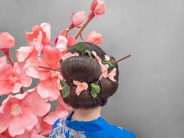 Японская прическа в стиле красоты, вид сзади