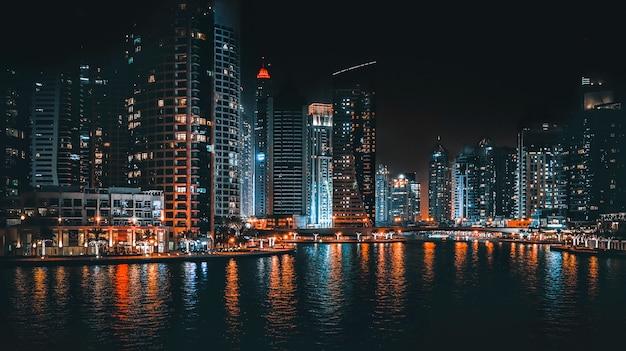 夜の街の明かりの美しい景色。ドバイの夜景。