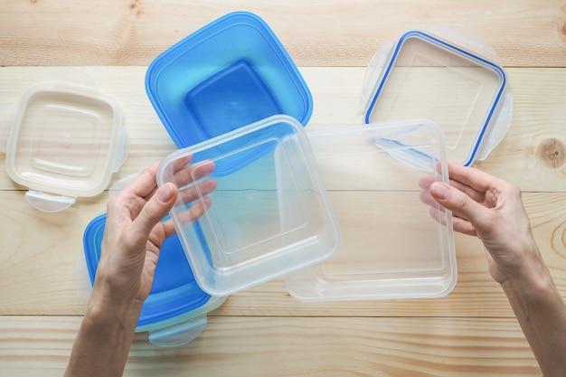 プラスチック容器での輸送と保管のプリフォーム。プラスチック容器にパイ。
