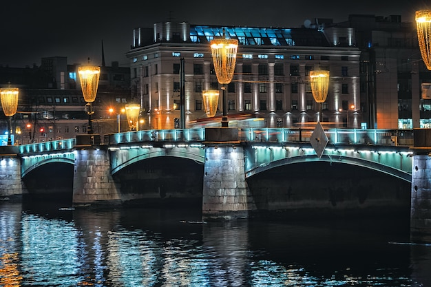 サンクトペテルブルクへの橋の夜景。街の夜の照明。