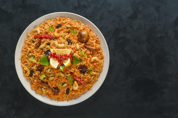 ラマダン料理。ベジタリアンカブサ、ご飯、ナッツ、野菜。