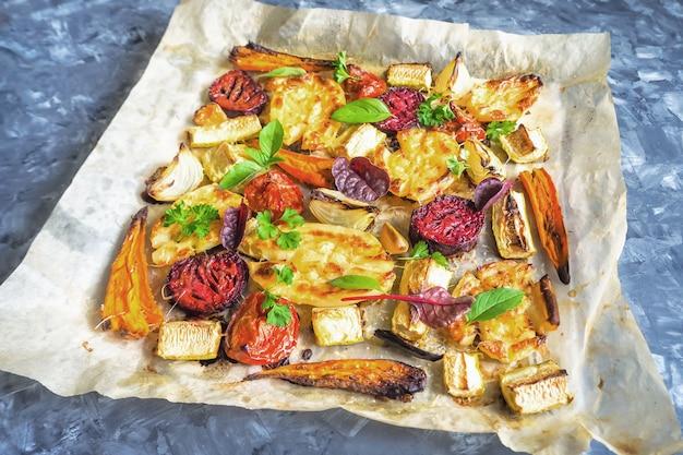 焼きにんじん、ビーツ、ジャガイモ、ズッキーニ、トマト、天板、トップビュー
