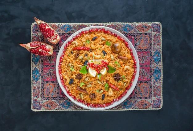 野菜ビリヤニ、黒いテーブルの上のベジタリアン料理。上面図。