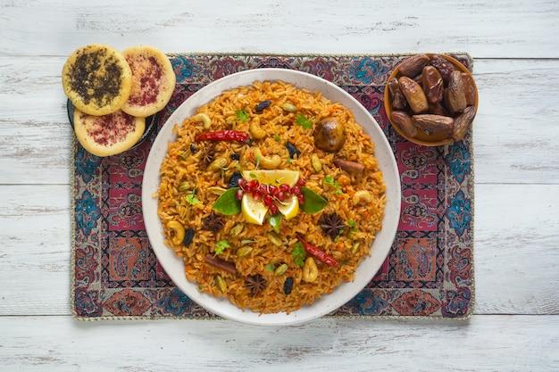 Рамадан еда. вегетарианская кабса с рисом, орехами и овощами.