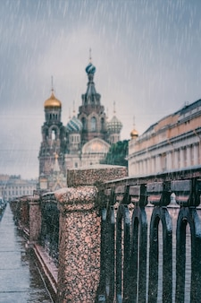サンクトペテルブルクの景色を望む雨の日。気候変動の概念。