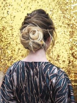 女性の髪の後ろ。後ろからの女性の髪の眺め。ファッションと理髪のコンセプト。