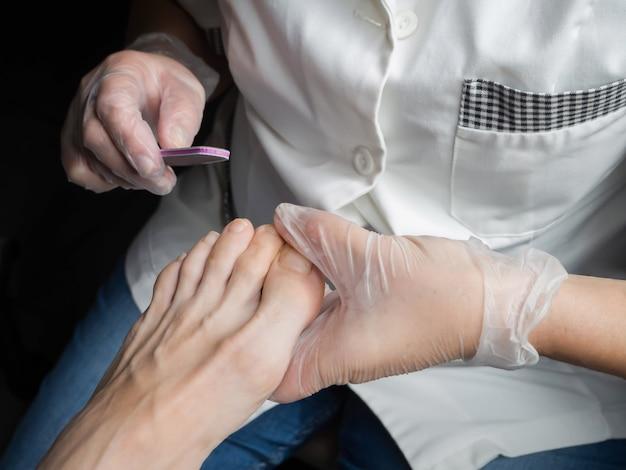 Педикюр процесс крупным планом. плохие ногти на ногах. лечение ногтей, педикюр в салоне красоты.