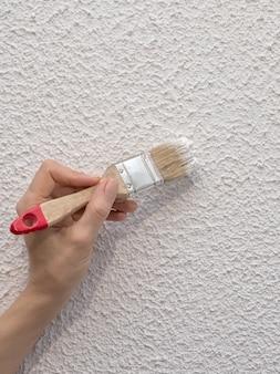 手塗りの壁。塗られた白い壁の修復。